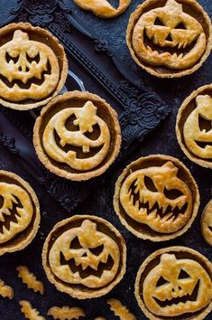 Halloween Jack-O-Lantern pumpkin pies - impress your guests with these spooky treats! : Halloween Jack-O-Lantern pumpkin pies - impress your guests with these spooky treats! Halloween Desserts, Halloween Bark, Scary Halloween Food, Postres Halloween, Halloween Punch, Halloween Dinner, Halloween Cupcakes, Organiser Halloween, Pumpkin Pie Recipes