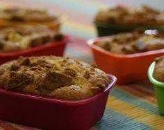 Cakes aux pommes et spéculoos (facile, rapide) -      2 pommes-150 g de farine-120 g de sucre roux-   60 g de beurre demi sel- 5 c. à s. d'huile-  1 sachet de levure-1 sachet de sucre vanillé-3 œufs  des spéculoos faire fondre le beurre,coupez les pommes en lamelles. Dans un grand saladier mélangez le beurre avec le sucre roux et le sucre vanillé. Ajoutez ensuite l'huile, les 3 œufs, la levure et la farine. ajoutez les pommes et dressez dans des moules à cakes individuels  45 mn.