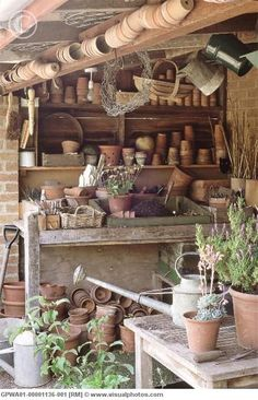 country garden potting table...... doesn't this make you want to dig your hands into the earth..... any earth. #pottingshed