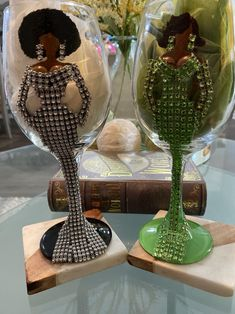 Wedding Wine Glasses, Diy Wine Glasses, Decorated Wine Glasses, Painted Wine Glasses, Alcohol Bottle Decorations, Wine Glass Centerpieces, Bling Bottles, Wine Glass Crafts, African Crafts