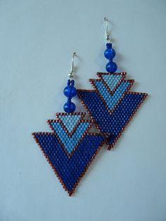 Boucles d'oreilles tissées à la main, perle par perle, en méthode Brick Stitch. Les triangles sont maintenus au crochet d'oreille par deux perles en verre et rocaille bleu fonc - 16367809
