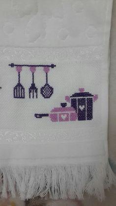 Instagram👉 @rengarenktanitim✌ #etamin #mutfak #havlu #kaneviçe #bohça #çeyiz #düğün #wedding # mutfakhavlusu #tencere Bed Pillows, Pillow Cases, Towel, Cross Stitch, Rugs, Home Decor, Fabric Dolls, Amigurumi, Pillows