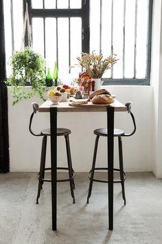 Bar / Mange debout TIPTOE créé avec des pieds de table modulables et des accroches murales BRACKET Noir Graphite. Plateau en vieux bois et  brunch matinal !