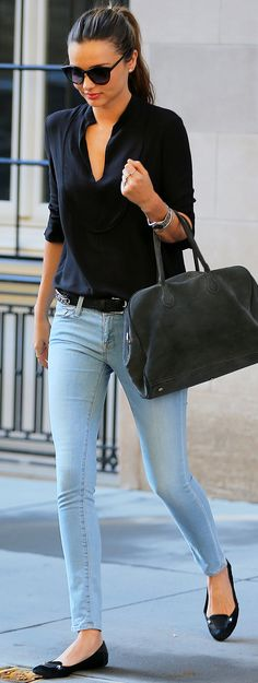 simple black top / skinny light wash jeans / miranda kerr