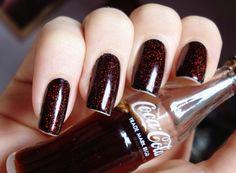 """""""Coca-cola nail"""". Consegue-se esse efeito com esmalte preto + flocado vermelho por cima ;)"""