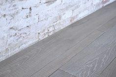 Interior design recupero parquet a tre strati in essenza di legno di rovere. le tavole di questa pavimentazione in legno hanno varie dimensioni, sono bisellate e la superficie ha una lavorazione effetto sega. la finitura SESTINI E CORTI