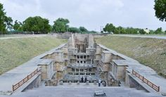 Rani-ki-Vav (El pozo escalonado de la reina) en Patan, Gujarat, India Esta estructura invertida tiene un gran significado cultural para las personas de la región por tratarse de una forma inusual de arquitectura. Está situada a orillas del río Saraswati en Patan y fue construida en el siglo 11 por motivos religiosos. Su finalidad era demostrar la santidad del agua.