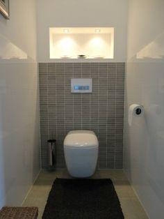verlichte strakke nis boven toilet