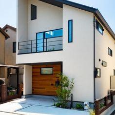 片流れ屋根にモノトーンで統一された外観デザイン。玄関ドア横の板張りがアクセントになっています。 #OKAMURA工房#亀岡#京都#注文住宅#家#無垢材#建築#マイホーム#インテリア#オーガニック#おしゃれな家#かっこいい家#新築#デザインハウス#自由設計#片流れ屋根#モノトーン#玄関#アイアン#外構 Japanese Home Decor, Japanese House, Facade House, Modern Exterior, Minimalist Design, My Dream Home, Home And Living, My House, House Plans