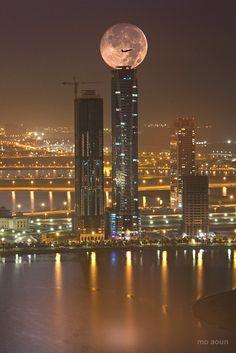 full moon over Dubai. city lights at night Sharjah, Moon Photos, Moon Pictures, Beautiful Moon, Beautiful Places, Places Around The World, Around The Worlds, Shoot The Moon, Belle Villa