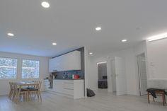 Modern home with Lilja LED-lights & indirect lighting. Moderni koti Lilja LED-valaisimilla sekä epäsuoralla valolla.