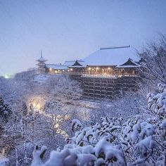 Rare Heavy Snowfall Turns Kyoto Into Winter Wonderland, And The Photos Look Absolutely Magical Kyoto Winter, Winter In Japan, Japanese Landscape, Japanese Architecture, Japanese Temple, Japanese Geisha, Japanese Kimono, Art Occidental, Winter Scenery