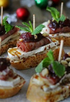 Tapas Snacks with Cranberry, Brie and Prosciutto Crostini with Balsamic Glaze Canapes Recipes, Appetizer Recipes, Canapes Ideas, Catering Recipes, Prosciutto Recipes, Catering Ideas, Catering Food, Prosciutto Appetizer, Gourmet Appetizers