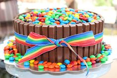 "Kit Kat Cake - So this is just a normal cake with chocolate frosting. But then you're supposed to ""decorate"" it with 11 kit kat bars & about m & m's. Kitkat Cake, Smarties Cake, Tasty Kitchen, Let Them Eat Cake, No Bake Cake, Delicious Desserts, Cupcake Cakes, Cake Recipes, Cake Decorating"
