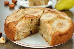 Taban kısmında yer alan armut dilimleri sonrasında üste çıkmış, hafif karamelize olmuş, içi ılık, içi yumuşacık bir armutlu kek yemenin tam zamanı değil mi?