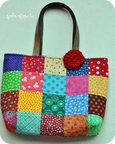 https://flic.kr/p/8qutRk | bolsa ♥ quadradinhos ♥ | Bolsa de tecido em patchwork, alças de couro cru e florzinha de crochet (removível)