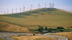 Batedores de ovo da nova era: as usinas eólicas Darrieus de eixo vertical no parque eólico de Altamont Pass no norte da Califórnia são algumas das primeiras dos Estados Unidos. O parque eólico é composto por quase 5.000 turbinas relativamente pequenas e de diversos tipos. Crédito: Joseph Sohm/Shutterstock