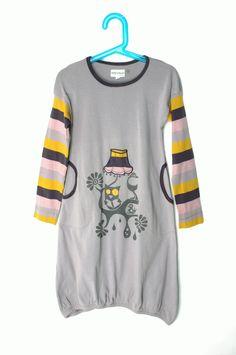 Phister&Philina mekko, koko 128. 100% puuvilla. Hieman pesu- ja käyttökulumaa. Takana ylhäällä pistetahra, joka saattaa lähtetä pesussa.