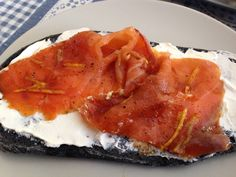 Ciabattina al carbone vegetale Philadelphia e salmone marinato