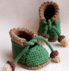Crochet Baby Booties Looking for your next project? You're going to love ACORN Baby Booties by designer OasiDellaMaglia. - Crochet Baby Booties Looking for your next project? You're going to love ACORN Baby Booties by designer OasiDellaMaglia. Baby Knitting Patterns, Baby Knitting Free, Knitting For Kids, Baby Patterns, Knitting Projects, Crochet Projects, Crochet Patterns, Crochet Ideas, Baby Booties Knitting Pattern