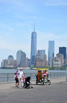 La gente disfruta del día soleado en #GovernorsIsland, #NuevaYork, paseando  admirando los magníficos paisajes urbanos de esta bella metrópolis norteamericana.   http://www.bestday.com.mx/Nueva-York-City-area/Atracciones/