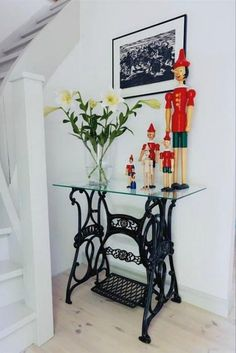 New No Cost sybord Sewing Table Style Regular sewing must have you feeling delighted, fruitful and also fully inside zone. Singer Table, Singer Sewing Tables, Repurposed Furniture, Vintage Furniture, Painted Furniture, Sewing Machine Tables, Antique Sewing Machines, Mesa Singer, Furniture Makeover