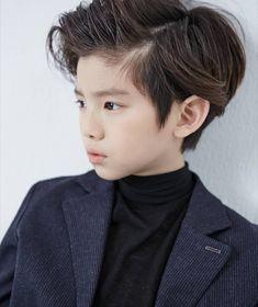 A imagem pode conter: 1 pessoa, criança e close-up Cute Baby Boy, Cute Boys, Cute Babies, Korean Babies, Cute Korean Boys, Baby Boy Haircuts, Boy Hairstyles, Tiger Hair, Jikook