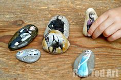 Frozen Story Stones - a wonderful way to retell this Disney favourite! Includes free printable.