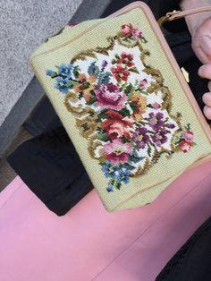 Vintage Petit Point Embroidery gestickte Tasche eine sehr feine Handarbeit zeigt ein sehr schönes Blumenmuster, Grundfarbe in Beige / Nude /leicht Rosa mit Blumen in Lila, Magenta, verschiedene Blautöne, Olivgrün, leicht Gelb mit leichter rötlicher Rostfarbe Griff und Bügel aus Leder mit Messing #vintagepetitpoint #embroidery #vintagebags #vintageembroidery #embroiderybag #petitpoint #vintageshopvienna #kunst19bybg Messing, Magenta, Embroidery, Rose, Flowers, Lilac, Embroidered Bag, Basic Colors, Floral Patterns