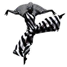 Issey Miyake. Rayures qui bougent : impression de mouvement et de déformation amplifiée, accentuée par l'adaptation des lignes qui s'arrondissent. Le mouvement du sujet sur la photographie est dynamique, permet de visualiser les déformations dues aux gestes. Mouvement, amplitude, gestuelle, adaptation.