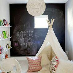 """Com o Papel de Parede Adesivo """"Lousa"""" as crianças podem desenhar e escrever com giz, além de decorar qualquer cantinho de forma prática e divertida."""