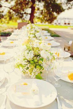 Decoración de mesa con los colores del jardín que la rodea, boda veraniega • Garden colours wedding shower ideas