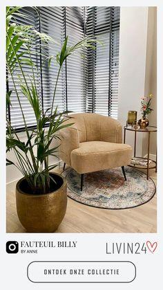 Creëer een heerlijke zithoek met een prachtige fauteuil. Bij fauteuils is het belangrijk dat deze een heerlijk zitcomfort hebben en daarnaast nog eens helemaal matchen bij jouw interieurwensen. Zo kun jij naar een lange dag heerlijk neerploffen in deze eyecatchers. Want dan zijn ze, eyecatchers! Doordat ze vaak iets groter zijn, een opvallend design hebben of een te gekke kleur hebben wordt jouw gloednieuw fauteuil het middelpunt van je interieur! Ikea Living Room, Small Living Rooms, Living Room Interior, European Apartment, Apartment Living, Lounge Chair Design, Bedroom Decor, Interior Design, Interior Inspiration