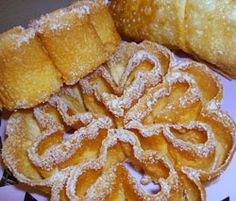 Alentejo Guloso - my Mama used to make these using an iron she heated in hot oil.light like food for angels. Portuguese Desserts, Portuguese Recipes, Portuguese Food, Xmas Food, Christmas Desserts, Christmas Treats, Traditional Christmas Food, Cookie Recipes, Dessert Recipes