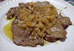 Fegato alla veneziana  600 gr. di fegato di vitello, 500 gr di cipolle, un mazzetto di prezzemolo, olio extravergine d'oliva, 30 gr. burro, sale, pep