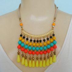 Maxi colar colorido feito com contas acrílicas coloridas metale abs dourado. R$ 14,00