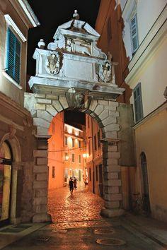 Rovinj. Arco dei Balbi, opera del periodo barocco e ingresso a quella che un tempo era la zona fortificata di Rovigno.