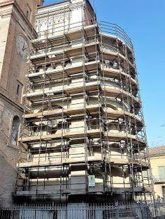 Fidenza: Il degrado dell'abside esterna del Duomo di Fidenz...