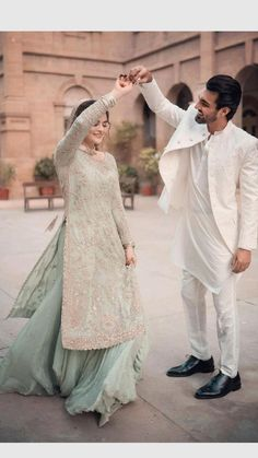 Pakistani Fashion Party Wear, Pakistani Wedding Outfits, Indian Bridal Outfits, Pakistani Bridal Dresses, Bridal Hijab Styles, Beautiful Women Videos, Beautiful Couple, Muslim Couple Photography, Beautiful Pakistani Dresses