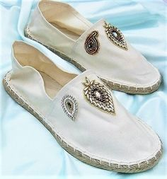 Alpargatas de mujer GR crema blanco bordado. 40 gr. por HeideAlter Cute Sneakers, Cute Shoes, Me Too Shoes, Shoe Makeover, Crochet Shoes, Kinds Of Shoes, Painted Shoes, Espadrille Shoes, Vintage Shoes