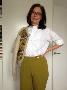 Visst kan man kombinera elasta-skidbyxor (60-tal) med tidlös frackskjorta och en kofta från Bohus stickning (40-tal).