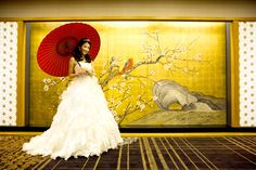 「ジャパニーズ&モダン」をテーマにコーディネートされた 上質でアットホームな和婚スタイル。オリジナルにデザインされた金屏風はWドレスをより華やかに際立たせます。少人数での結婚式に最適な披露宴会場です。