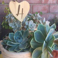 Numeri rustic-chic per la vostra festa! Perfetti per matrimoni battesimo o altre cerimonie.   Il cuore di legno misura circa 8,5 cm altezza + stecca di legno ed è lavorato a mano.