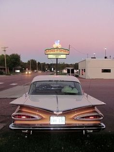 Diner Aesthetic, Aesthetic Vintage, Aesthetic Girl, Pretty Cars, Cute Cars, Old Vintage Cars, Old Cars, Old School Cars, Classy Cars