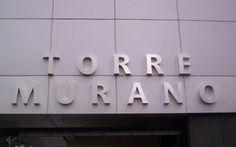 Torre Murano letras en acero inoxidable.