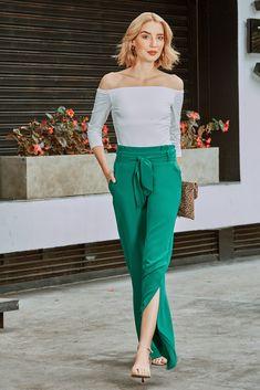 Slit pants con cintura paper bag. Lleva cinturón en la misma tela. Úsalo para crear looks modernos y sofisticados. Pants, Fashion, Tela, Palazzo Pants, Silhouettes, Create, Over Knee Socks, Elegant, Women