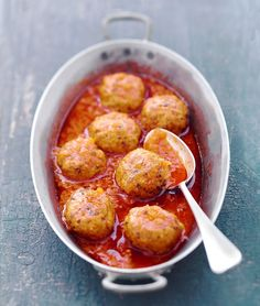 Italian meatballs 800 g Chopped veal 10 leaves Sage 1 Onion 1 Orange 6 tranches soft bread 15 cl Milk 2 tablespoon. Healthy Eating Tips, Good Healthy Recipes, Meatball Recipes, Meat Recipes, Italian Meatballs, My Best Recipe, Main Meals, Sauce Tomate, Italian Recipes