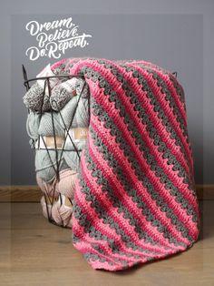Op instagram vroeg een volger naar dit patroon. Hoewel de deken nog niet klaar is, kan ik het patroon al wel voor je uitwerken. Benodigdheden: 3 kleuren wol. Ik gebruikte Royal van de Zeeman. FuchsiaGrijslicht roze Haaknaald nmr. 5, of wat je zelf gewend bent …