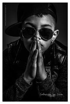 #fotoshoot #boy #glasses #fotografie #jongen #photography #stoer #hands #zwartwit #zwart-wit