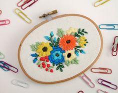 Ramo floral bordado aro Art flores de por IttyBittyBunnies en Etsy